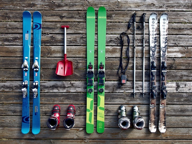 skiing-winter-snow-equipment-team