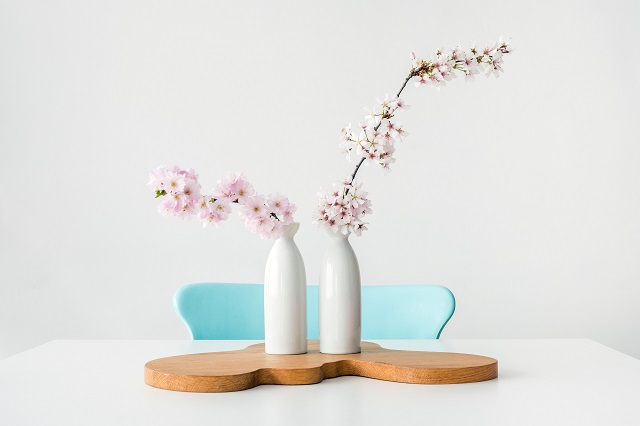 vases-table-counter-flowers