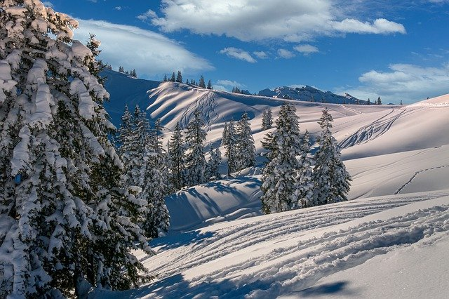 Loveland Ski Area seasonal passes let you tackle the slopes from October through June